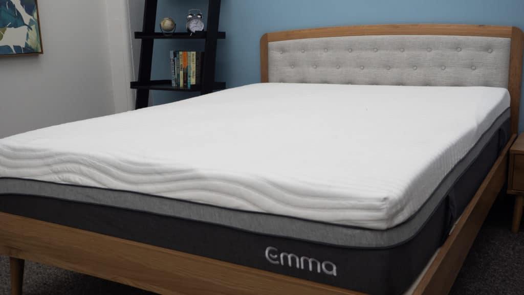 Colchón Emma sobre marco de cama
