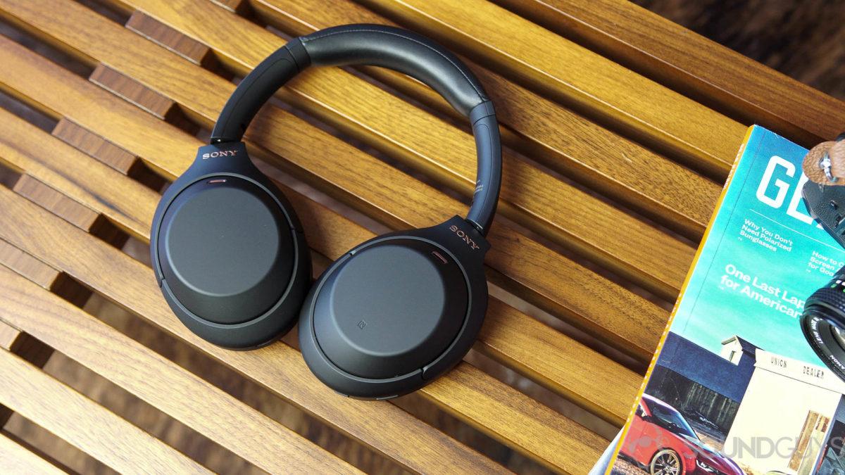 Una foto aérea del banco de madera Sony WH 1000XM4.